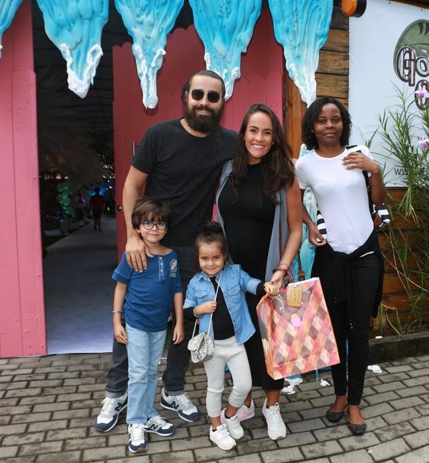 Ricardo Pereira, Francisca, os filhos, Vicente e Francisca e a babá (Foto: Dilson Silva/ Agnews)