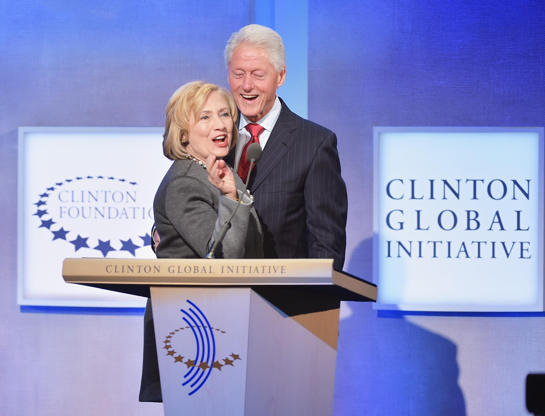 Esse é grande! Depois de o ex-presidente Bill Clinton admitir ter traído sua esposa com a estagiária da Casa Branca, Monica Lewinsky em 1998, no escândalo que ficou conhecido como 'Caso Lewinsky', a primeira-dama ficou do lado do marido – apesar de ele ter assumido o seu erro. (Foto: Getty Images)