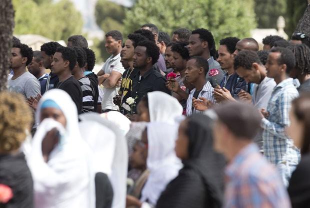 Pessoas choram durante funeral de imigrante que morreu em naufrágio no Mediterrâneo nesta quinta-feira (23) em Malta (Foto: Alessandra Tarantino/AP)