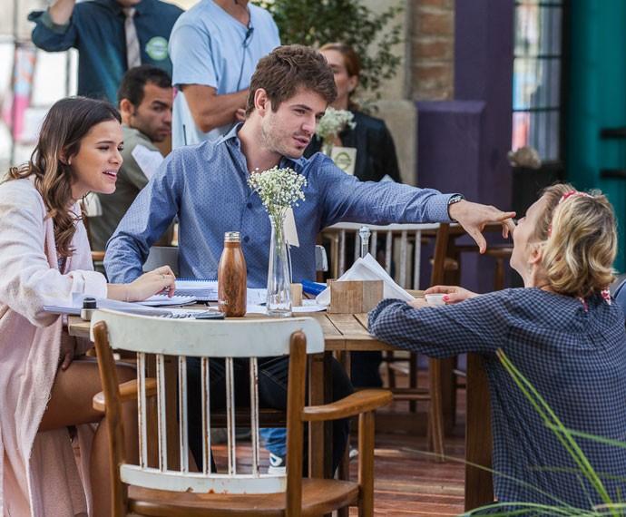 Bruna Marquezine e Maurício Destri trocam uma ideia com a diretora Carla Böhler (Foto: Artur Meninea/Gshow)