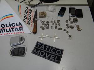 Cocaína e maconha foram apreendidas com os suspeitos. (Foto: Cristiano Dias/Inter TV dos Vales)