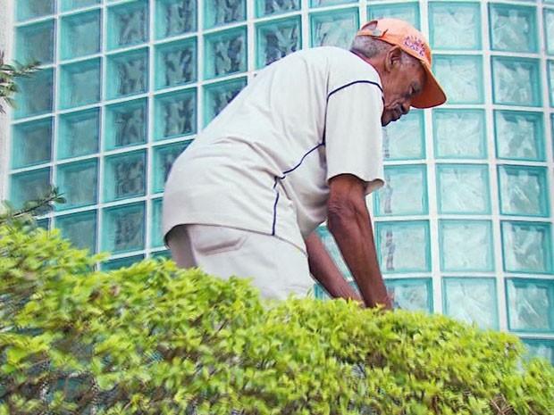 Alegria é marca registrada do jardineiro do Fórum de Varginha (MG), que nunca faltou ao trabalho (Foto: Reprodução EPTV)