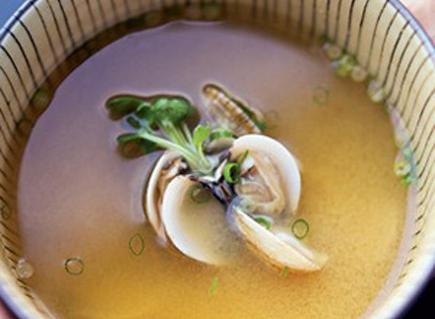 Missoshiru (caldo de pasta de soja) (Foto: Casa e Comida)