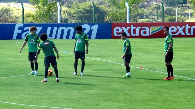 jogadores brasil treino goiás (Foto: Leandro Canônico)