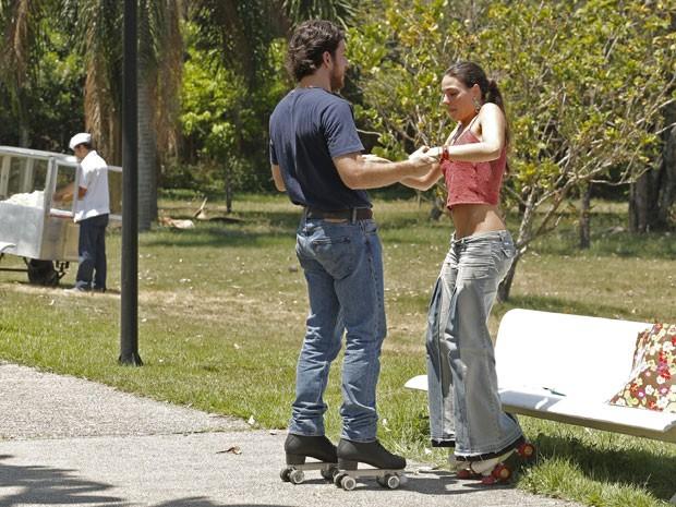 Rafael dá aquela forcinha para a amada (Foto: Felipe Monteiro/ Gshow)