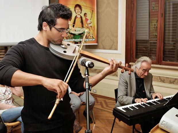 Violinista Renato Yokoda e o maestro João Carlos Martins  (Foto: Divulgação)