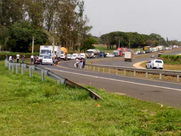 Pista sentido Tatuí ficou interditada até a retirada do veículo (Foto: Bruno Casteletto/TV TEM)