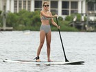 De biquíni comportado, Taylor Swift pratica stand up paddle