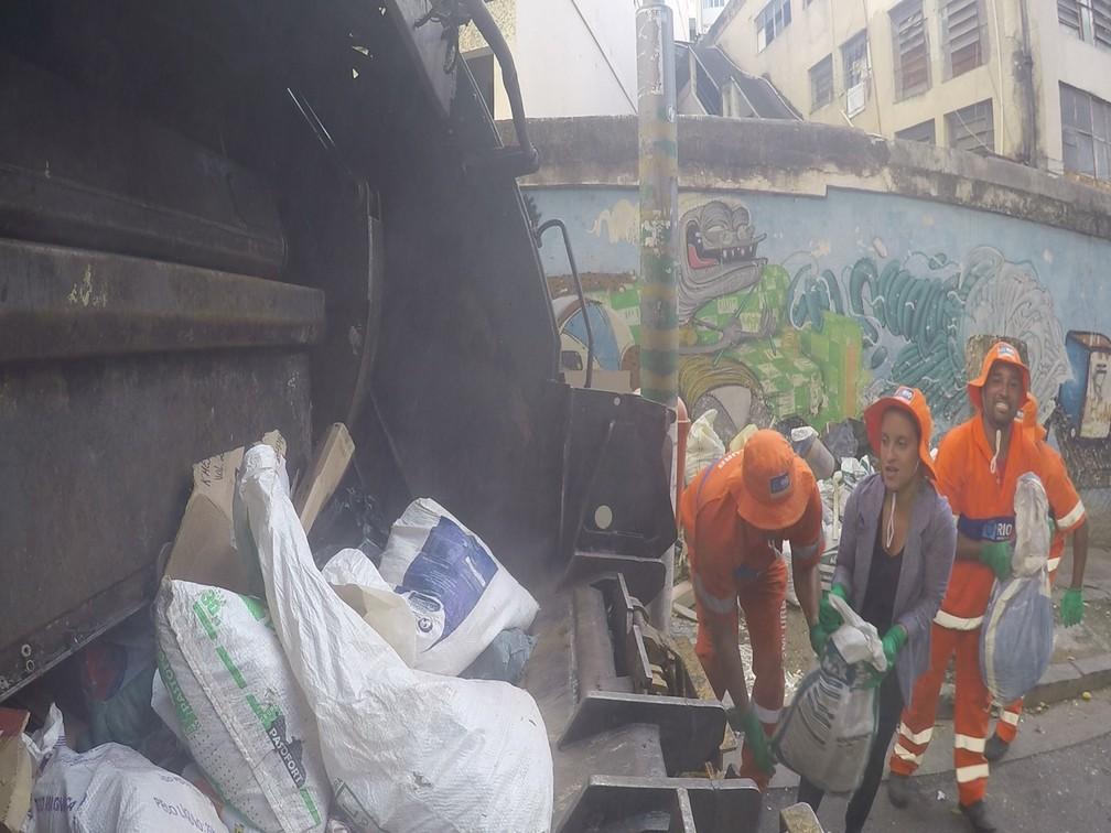 Repórter do G1 passa 2h20 fazendo tarefas de gari em homenagem aos profissionais (Foto: Andressa Gonçalves/G1)