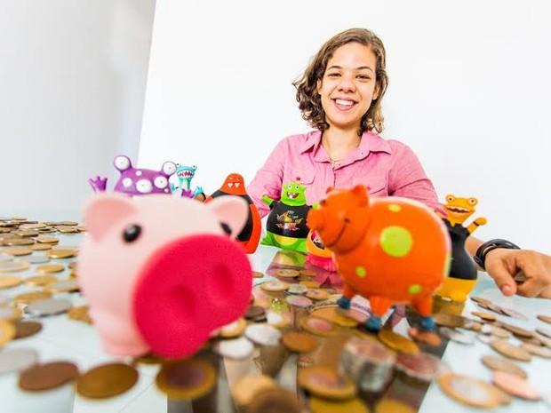 Rafaela coleciona diversos tipos de cofrinhos para guardar suas moedas. (Foto: Jonathan Lins/G1)