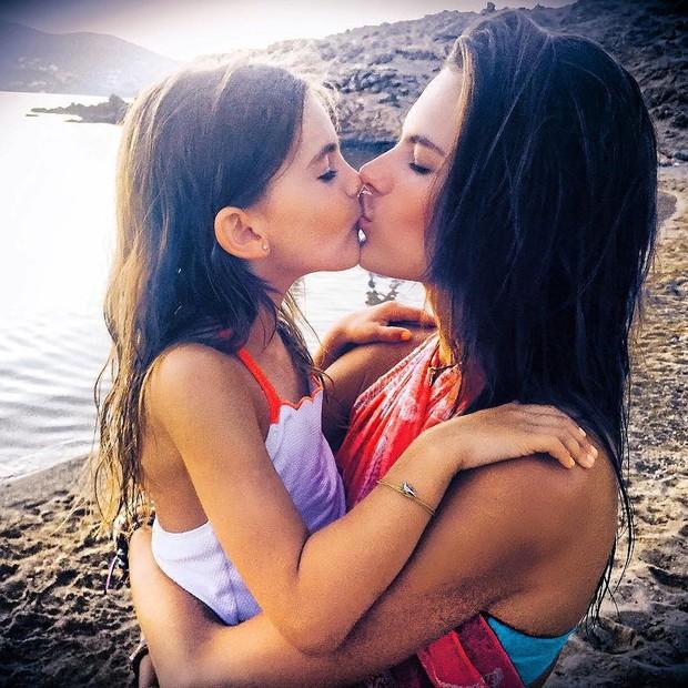 Alessandra Ambrosio dá beijinho na filha (Foto: Instagram / Reprodução)