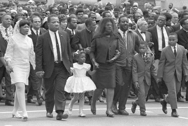 1968 – Coretta Scott King, no centro da foto, com seus quatro filhos: Yolanda e Bernice (de branco), Dexter e Martin III (à direita), no velório de Martin Luther King. O ativista foi morto a tiros num hotel em Memphis (Foto: Don Hogan Charles/The New York Times)