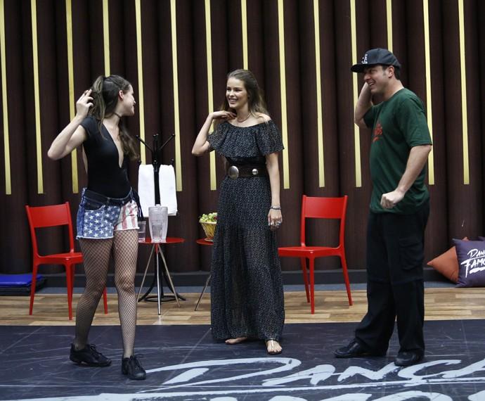 Agatha, Yasmin e Leandro conversam durante ensaio (Foto: Raphael Dias/Gshow)