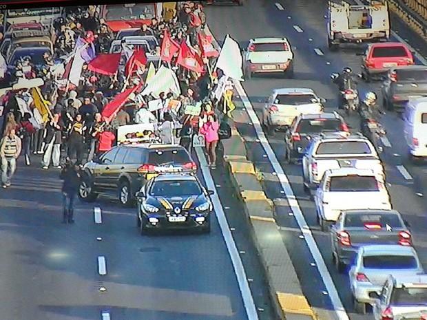 Manifestantes investeram o sentido do bloqueio depois de cerca de meia hora de protesto (Foto: Divulgação/PRF)