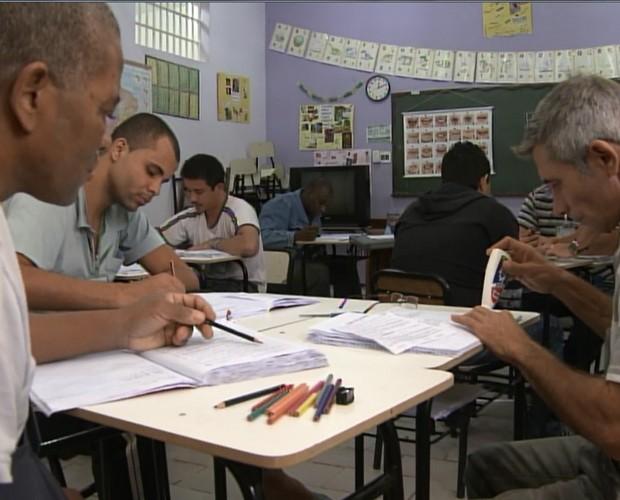 Detentos estudam na APAC (Foto: Na Moral/TV Globo)
