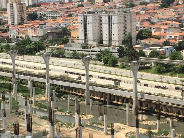 Obras do monotrilho paradas na Av. Jornalista Roberto Marinho (Foto: Karina Godoy)