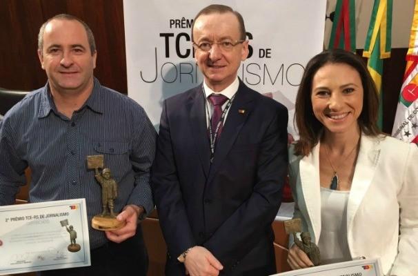 Rodrigo Bettio, representando o repórter Giovani Grizotti, e Cristine Galissa na cerimônia do Prêmio TCE-RS de Jornalismo (Foto: Giovani Grizotti/RBS TV)