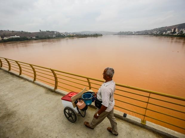 Sob a ponte de Colatina, a água turva pelos rejeitos das barragens assusta os moradores da cidade (Foto: Gabriela Bilo/AE)