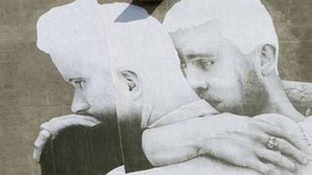 Pôster em apoio a casamento gay causou polêmica no centro de Dublin, capital da Irlanda  (Foto: BBC)