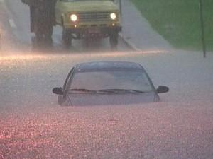 Imagem mostra carro submerso na Rua Turquia durante alagamento em janeiro de 2008. (Foto: Arquivo/TV Vanguarda)