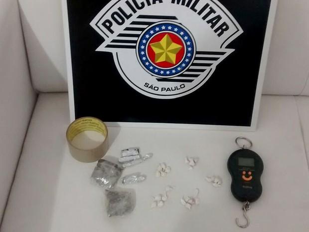 Droga foi apreendida e dupla presa nesta sexta-feira (1º) (Foto: Polícia Militar/Cedida)