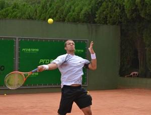 O tenista joseense Bruno Sant'anna no Future de Porto Alegre (RS) (Foto: Gustavo Werneck)