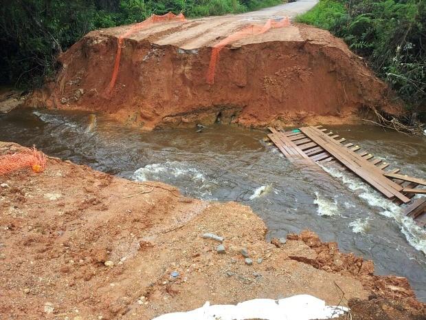 Trecho de estrada desabou com chuva (Foto: Lindon Johnson/TV Amazonas)