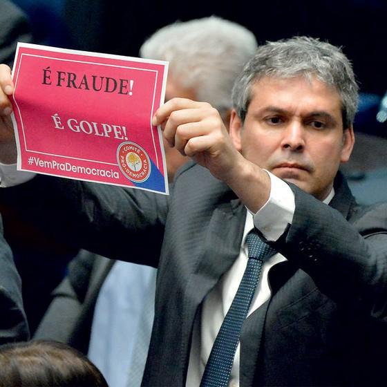 Lindbergh farias ao condenar o impeachment de Dilma,em 2016 (Foto:  Cadu Gomes/EFE)