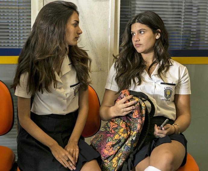 Lívia conta para Luciana que quer sair do colégio (Foto: Inácio Moraes/Gshow)