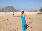 Após perder 38kg, Solange Couto faz exercícios físicos na praia