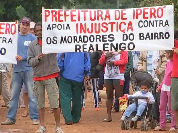 Moradores protestam contra reintegração de posse (Foto: Reprodução/TV Tem)