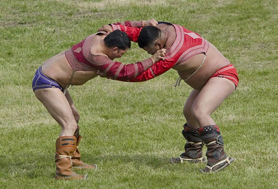 A luta livre é outro esporte vital na Mongólia. No Estádio Nacional, dois lutadores começam uma peleja  (Foto:  Haroldo Castro)