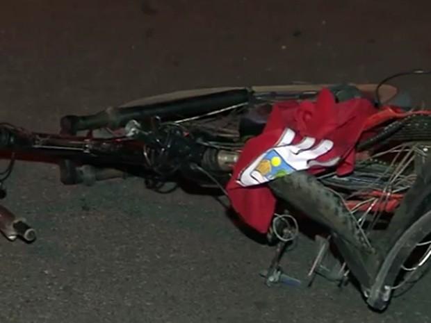 Jovem seguia em bicicleta quando foi atropelado por carro de luxo na BR-230, na Paraíba (Foto: Reprodução/TV Paraíba)