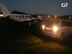 Avião e carro na pista do aeródromo de Maricá (Foto: Reprodução)