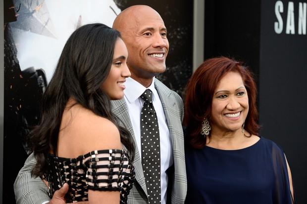 Na foto, The Rock, sua mãe Ata Johnson e sua filha Simone Alexandra Johnson (Foto: Getty Images)