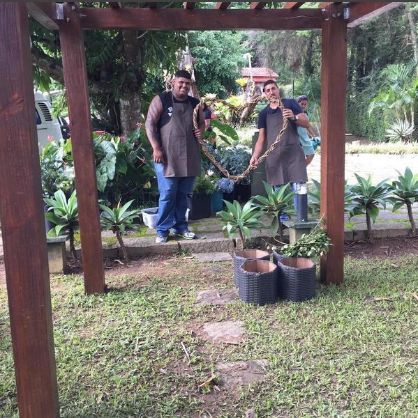 Funcionários de uma floricultura preparam arranjo do casamento (Foto: Reprodução/Instagram)