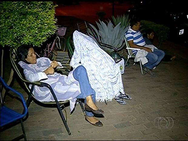 Pacientes precisam dormir na porta do posto de saúde para marcar consultas (Foto: Reprodução/TV Anhanguera)