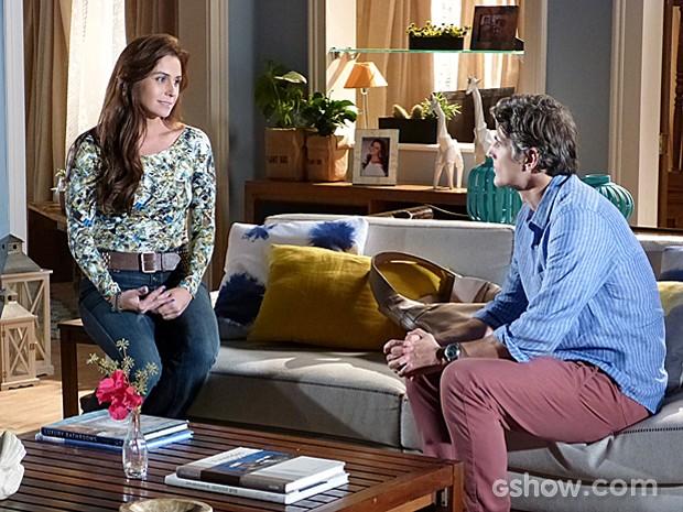 Clara conta para Cadu sobra intenção de adotar menina com Marina (Foto: Em Família)