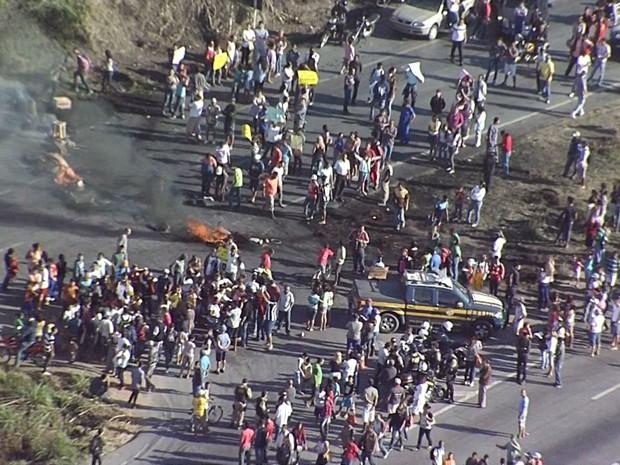 Linha de fogo é vista no asfalto durante protesto na manhã desta sexta-feira (21). (Foto: Reprodução/TV Globo)