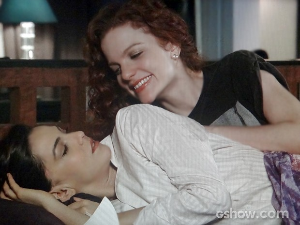 Marina se assusta ao ver Vanessa em sua cama (Foto: Em Família / TV Globo)
