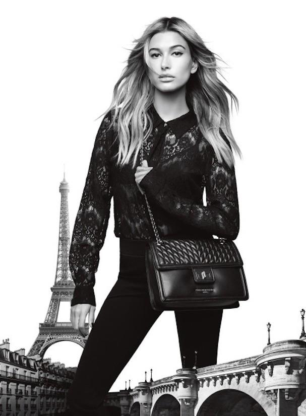 Hailey Baldwin na campanha da linha Karl Lagerfeld Paris (Foto: Divulgação)