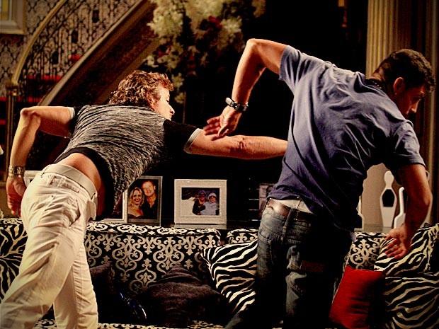 Os dois brigam no meio da sala (Foto: Avenida Brasil/TV Globo)