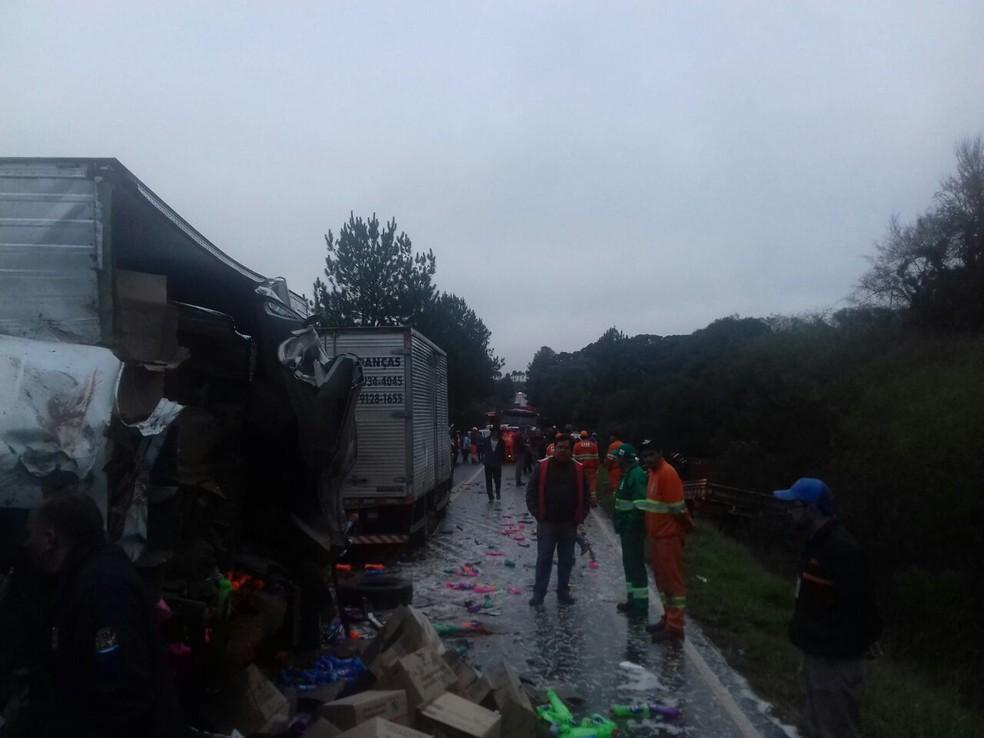 Batida envolveu dois caminhões e um trator (Foto: Divulgação/PRF)