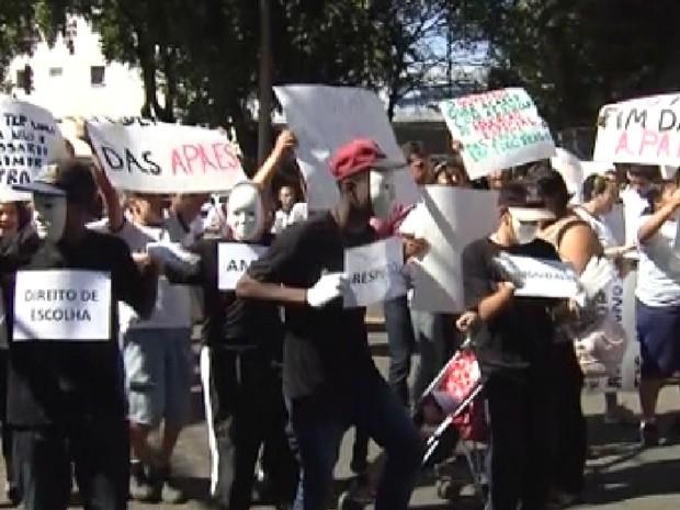 Pessoas protestam contra fim das Apaes no noroeste paulista (Foto: Reprodução / TV Tem)