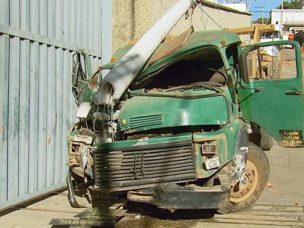Caminhão perde freio e atinge motociclista em Varginha (Foto: Reprodução EPTV)