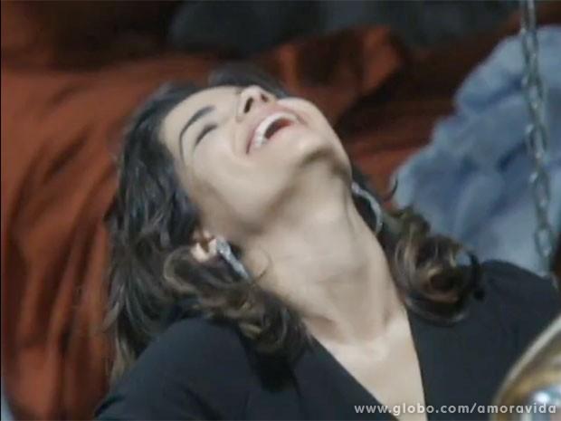 Aline se diverte ao conversar com Ninho (Foto: Amor à Vida/TV Globo)