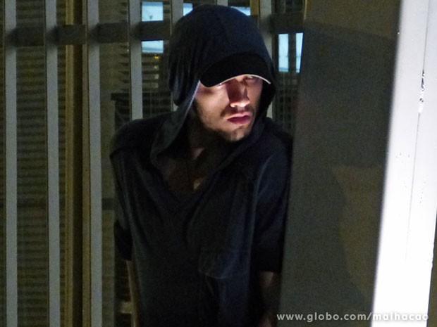 O Sal tá de olho na Lia! O #VidaLoka tava seguindo a marrentinha, mas teve que se esconder dos bandidos (Foto: Malhação / Tv Globo)