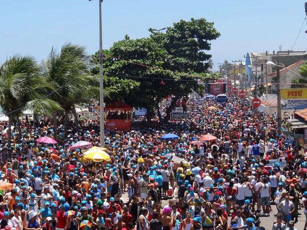 Orla de Olinda foi tomada por milhares de foliões que acompanharam os dez trios elétricos. (Foto: Katherine Coutinho/G1)