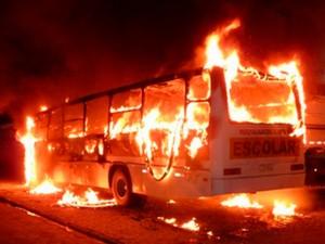 14 de novembro - Tijucas, na Grande Florianópolis, teve três ônibus incendiados  (Foto: Paulo Schmidt/Divulgação )