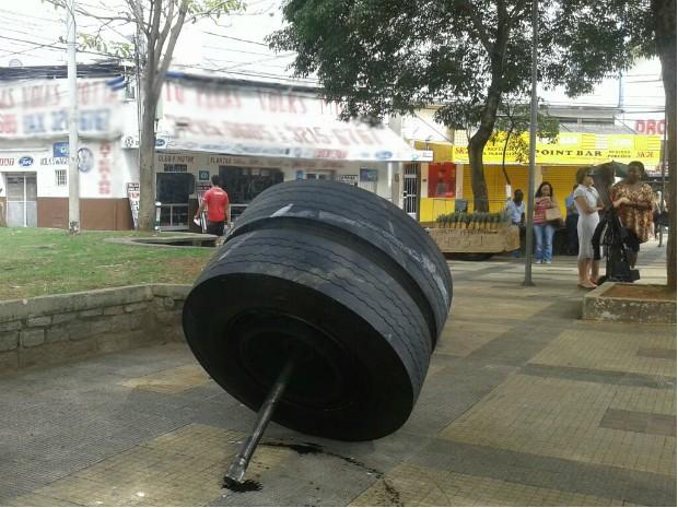 Roda de ônibus em praça de Juiz de Fora (Foto: Luiz Gonzaga Oliveira/Arquivo Pessoal)